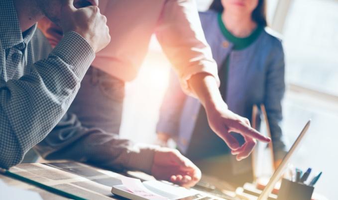 Equipe travaillant en groupe autour d'un ordinateur