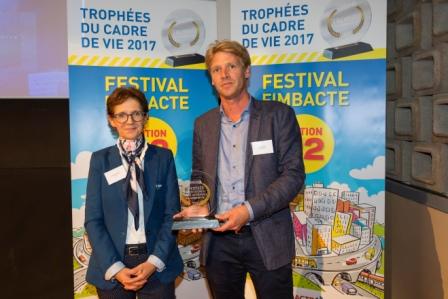 Remise du Trophée Prévention et Santé au Travail par Mme Henrianne ESPAIGNET (MBTP) à M. David HELLEUX (Contruire PRO).