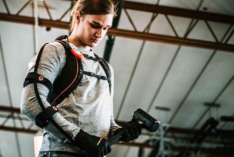 2 Photographie d'une homme qui tient un marteau à l'aide du gant bionique eiffage qui a remporté le prix fimbacte