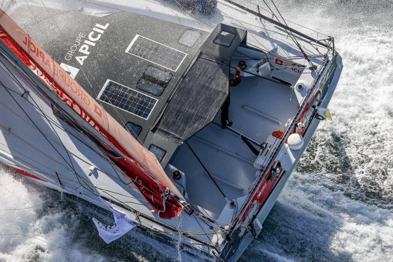 Photographie plongeante du bateau de Damien Seguin durant le Vendée Globe au milieu de l'eau