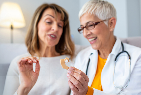 2 Deux femmes, une patiente et une médecin, discutent autour d'un appareil auditif dans le cadre du 100% santé audition