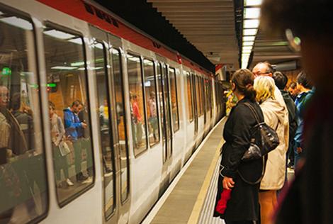 2 Photographie du métro de Lyon avec des personnes attendant sur le quais que les portes s'ouvrent dans le cadre du dispositif de la Ligne Bleue pour l'aide à l'inclusion des personnes atteintes de troubles de l'autisme