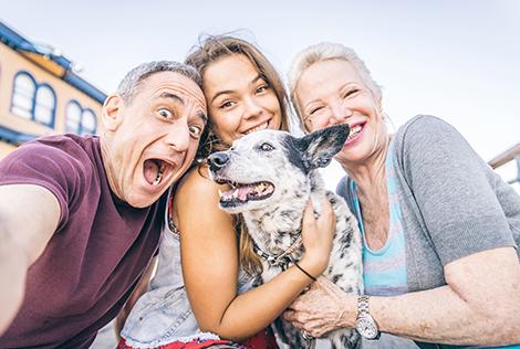 2 Couverture du MBTP Mag 1 avec 3 personnes souriantes tenant un chien dans leurs bras