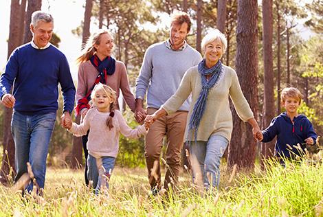 2 Couverture du Magazine MBTP Mag 2 avec une famille et les grands-parents se promènent tous ensemble dans les bois en se tenant la main.