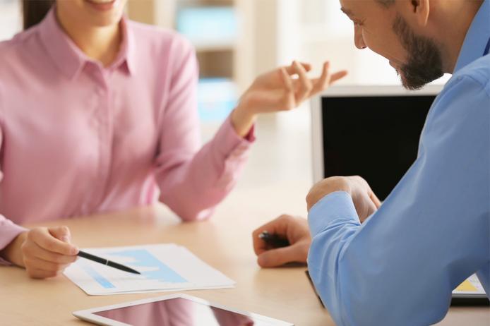 2 Un homme et une femme échangent autours du sujet des cas de dispense de complémentaire santé des salariés