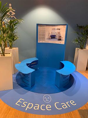 Photographie des chaises au centre de l'espace de care des lignes de LYON dans le cadre du projet Ligne Bleue à destination des personnes atteintes de troubles autistiques