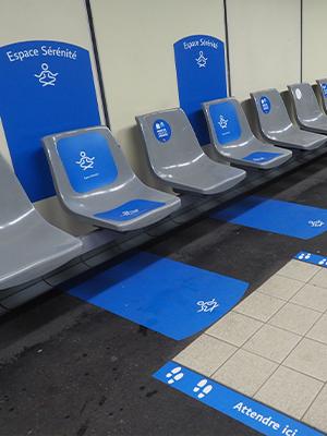 Photographie des chaises au centre de l'espace de serenité des lignes de LYON dans le cadre du projet Ligne Bleue à destination des personnes atteintes de troubles autistiques