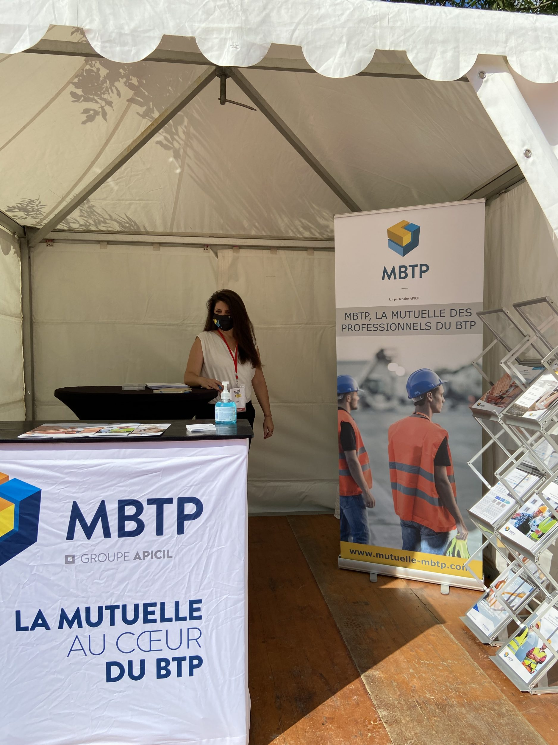 Stand de la MBTP durant le salon de espace btp : une commerciale de la MBTP est présente sur le stand afin de répondre aux questions de personnes présents sur les offres de la mutuelle