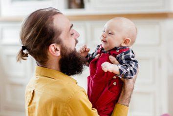 Allongement du congé paternité : plus de temps pour faire connaissance avec bébé