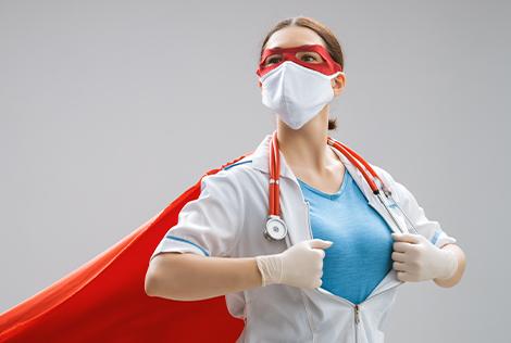 2 Femme déguisé en super-héroïne car elle est Infirmière à pratique avancée : entre médecin et soignant